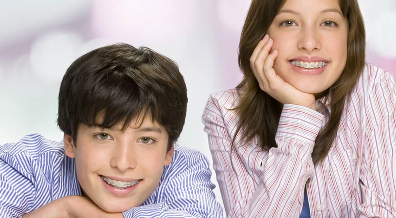 Kinder mit konventionellen Brackets